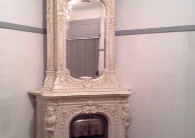 Antiker Ofen mit Spiegel